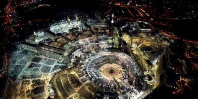 Fieles musulmanes rezan en la Gran Mezquita. Foto:AFP