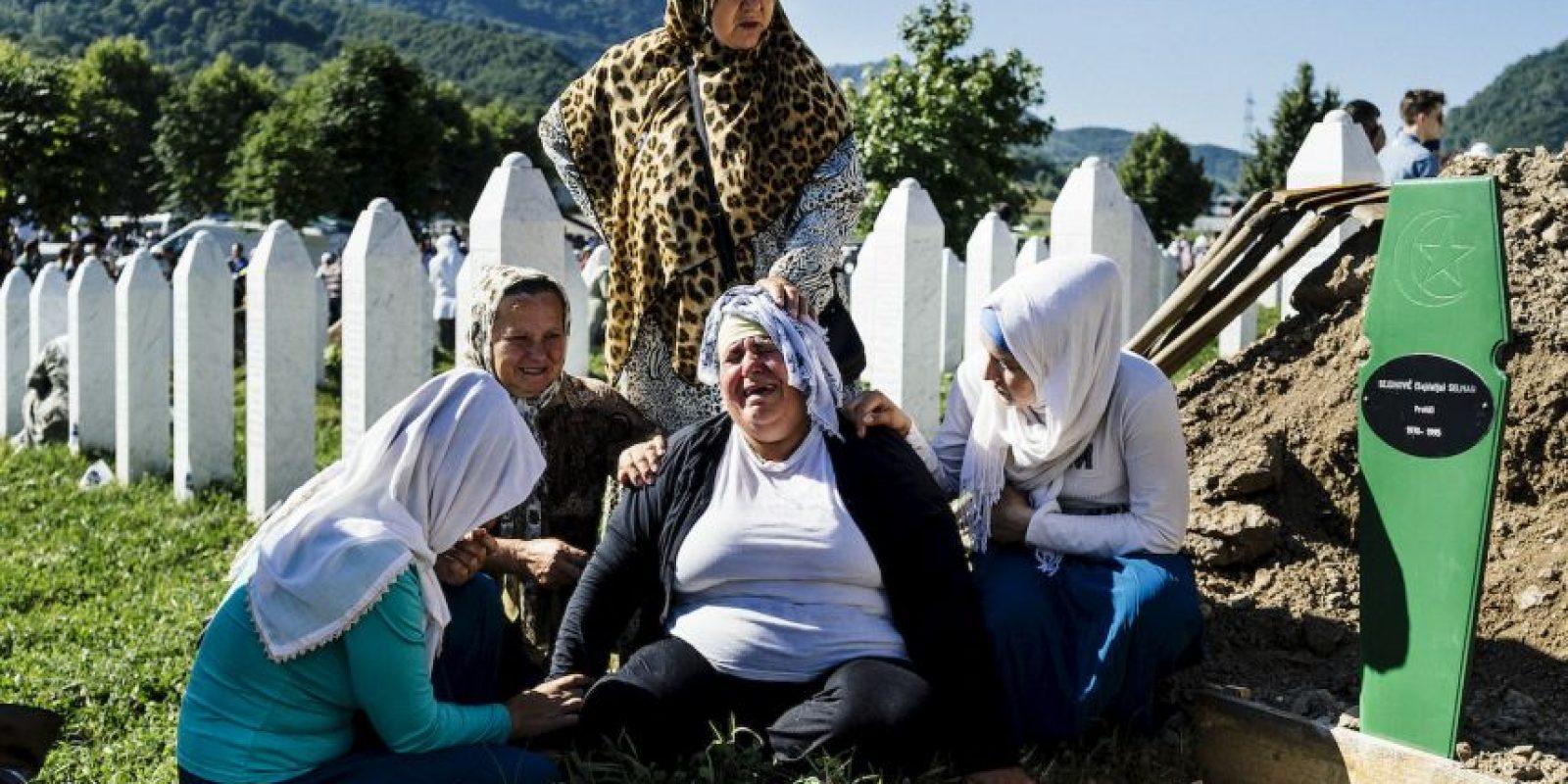 Mujer serbia llora en la tumba de su hermano durante la conmemoración del 20 aniversario de la matanza de miles de musulmanes. Foto:AFP