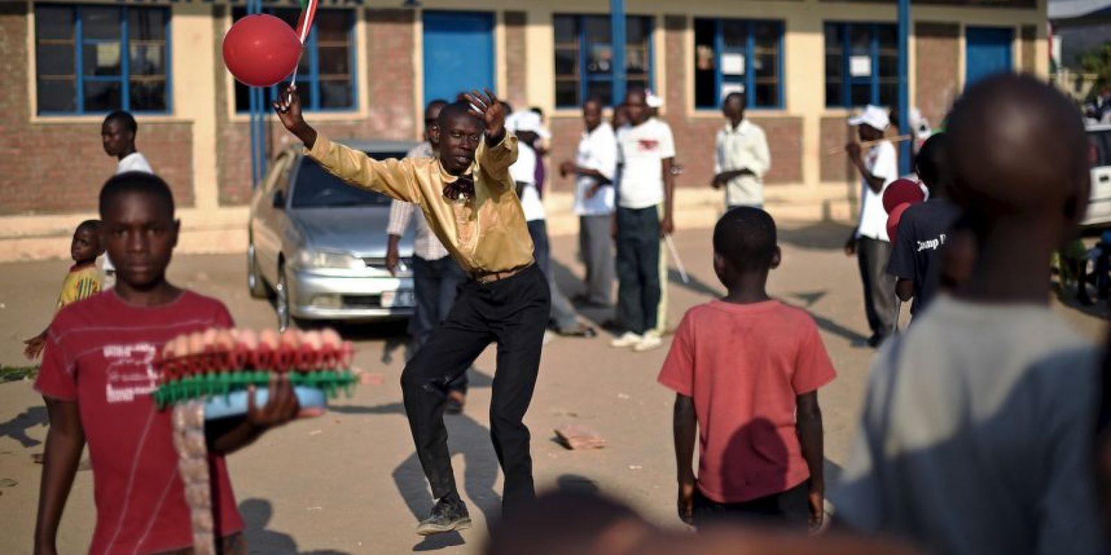 Un hombre baila en Burundi. Foto:AFP