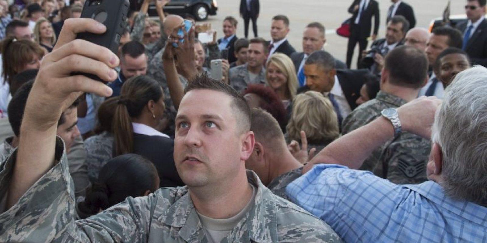 Miembro del Ejército de Estados Unidos toma un selfie durante la viista de Barack Obama a Oklahoma. Foto:AFP