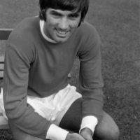 """""""El Quinto Beattle"""" es una leyenda para el Manchester United, club con el que militó entre 1963 y 1978. Murió en noviembre de 2005 a los 59 años Foto:Getty Images"""