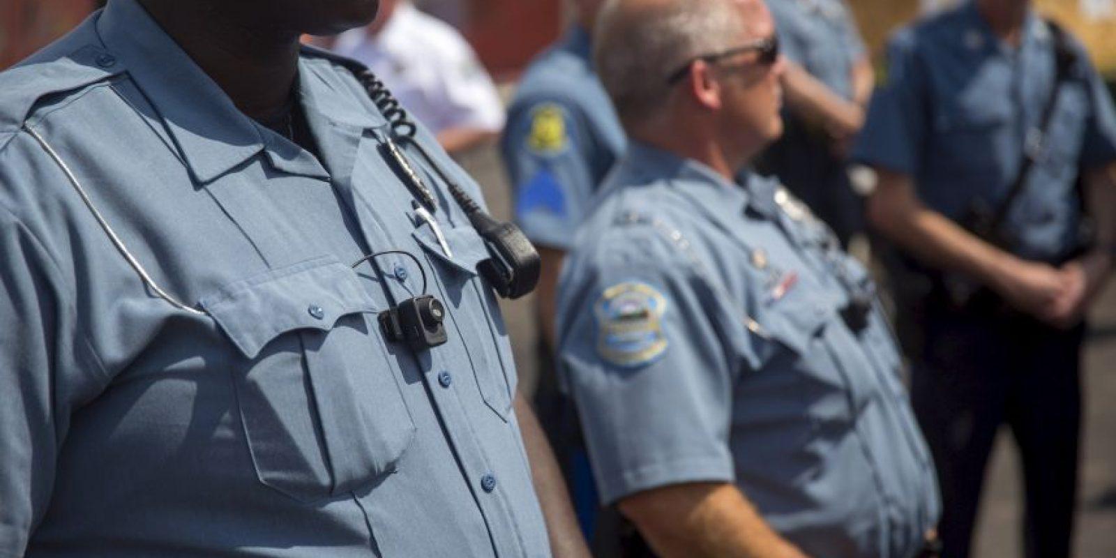 El agente de policía decidió golpear a la chica después de que ella lo pateara. Foto:Getty Images