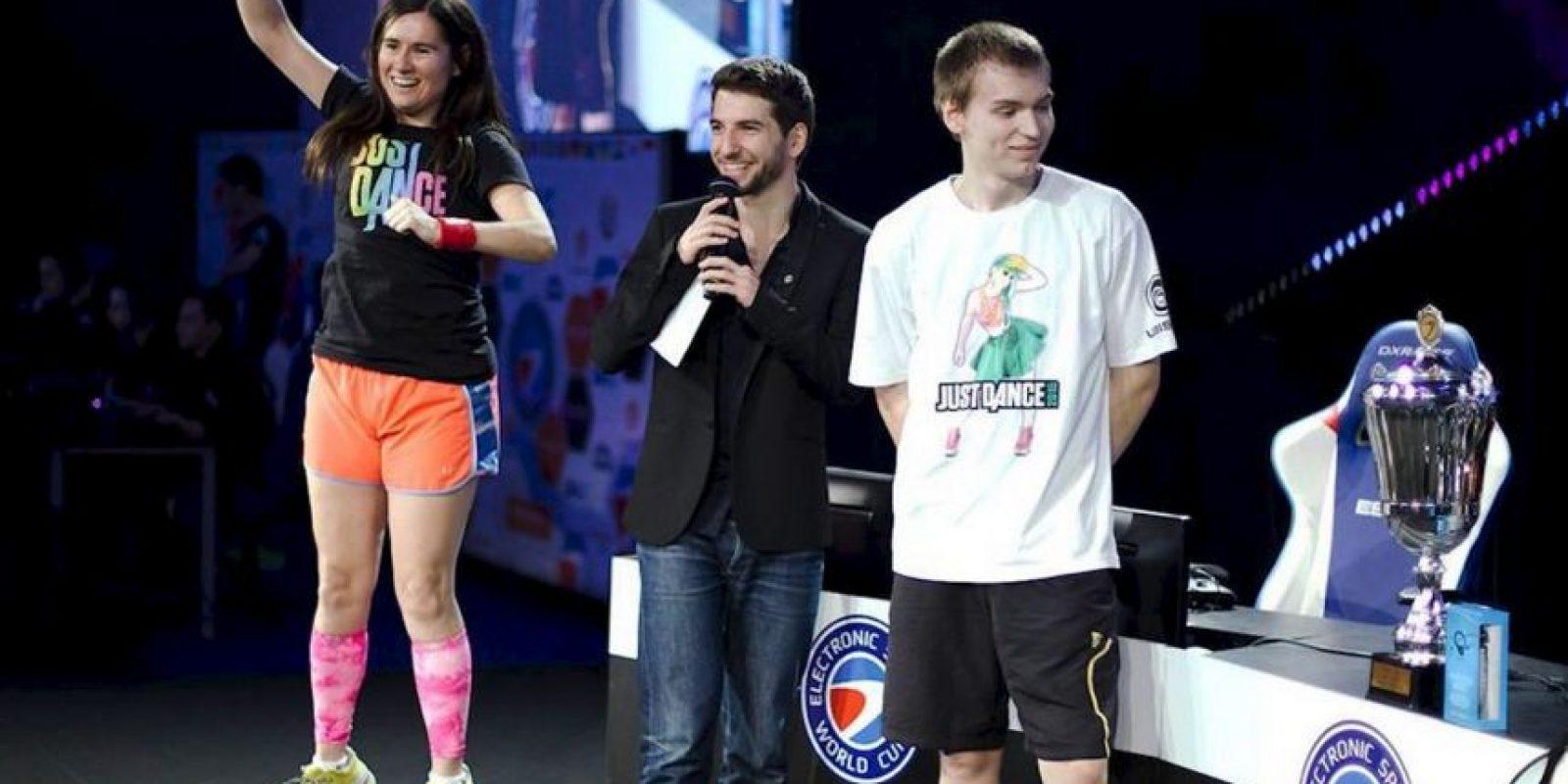 Se convirtió así en la única persona en el mundo en mantener un récord mundial de maratón en los tres más populares juegos de baile que son: Foto:facebook.com/pages/Carrie-Swidecki/