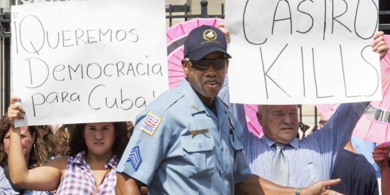 Hubo consignas en contra de los Castro cuando se izaba la bandera en Washington DC Foto:AFP