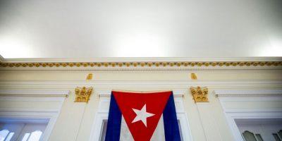 La bandera arriada en 1961 regresó a la embajada 54 años después Foto:AP