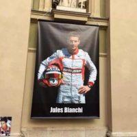 Así recordaron sus fans a Jules, y debajo de él, recordaron también a Ayrton Senna quien murió en competencia en 1994. Foto:AFP