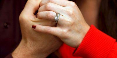 7. El doctor Goulston recomienda andar al lado de la pareja, y mejor aún si se toman la mano. Foto:Getty Images