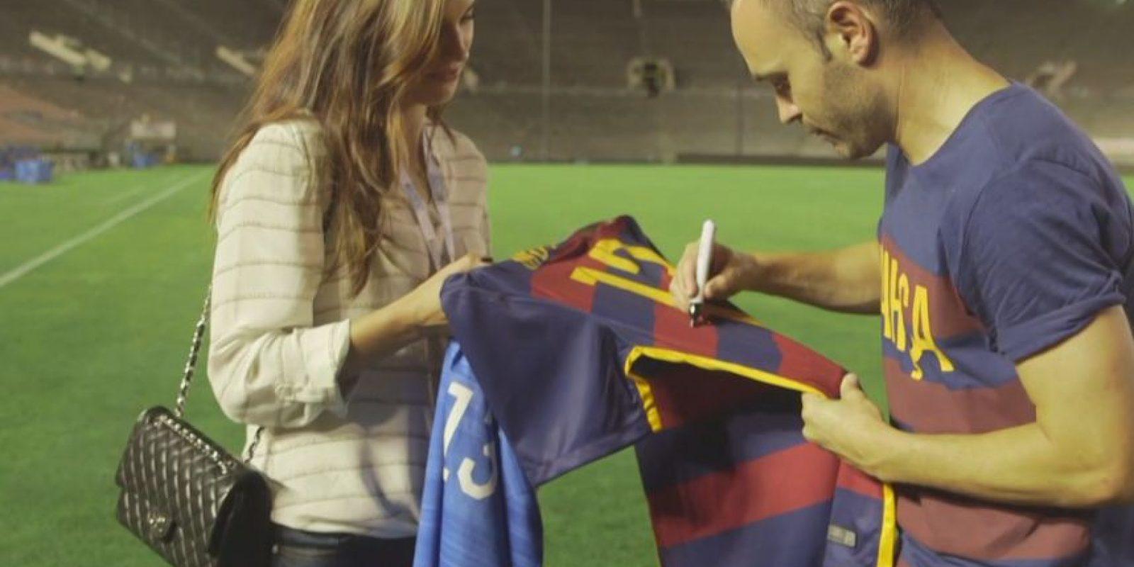 El crack del Barcelona le regaló a la jugadora estadounidense un jersey del Barça con su nombre y firmado por él. Foto:Vía fcbarcelona.com