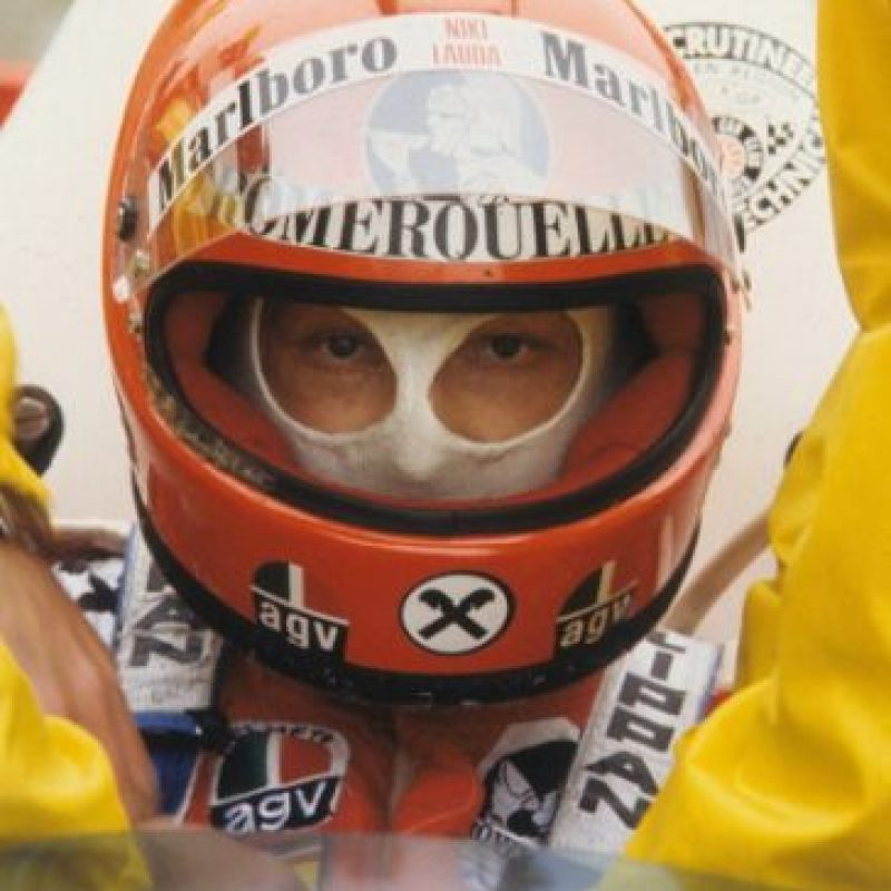 Después de un choque contra el muro de contención, el monoplaza de Lauda comenzó a incendiarse, pero lograron sacarlo a tiempo para salvarle la vida. Foto:Getty Images