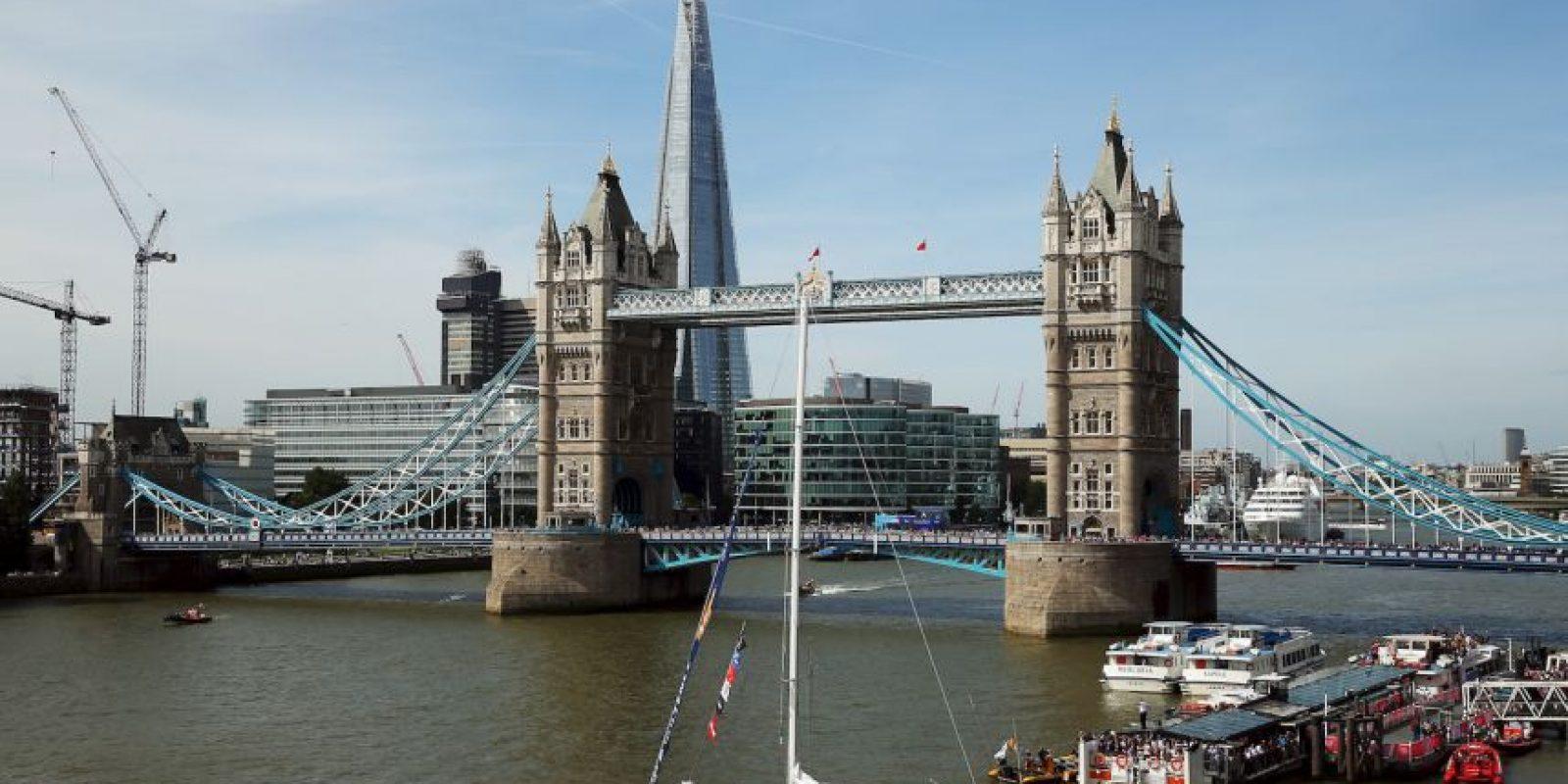 Así que se lanzó desde el Tower Bridge de Londres. Foto:Getty Images