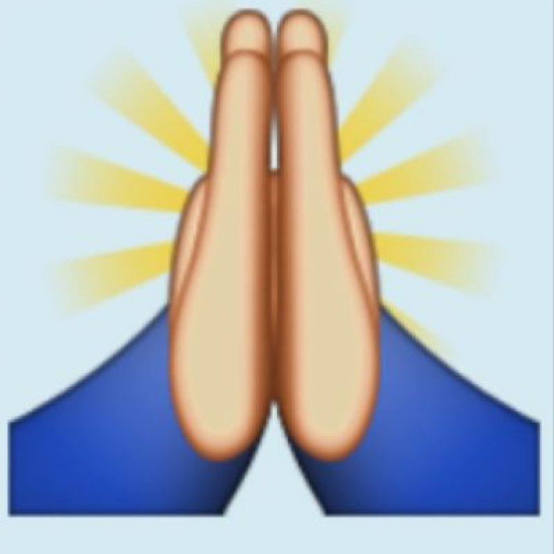 """Rezando: La realidad es que se trata de un gesto de origen japonés que significa """"Gracias"""". Foto:Emojipedia"""