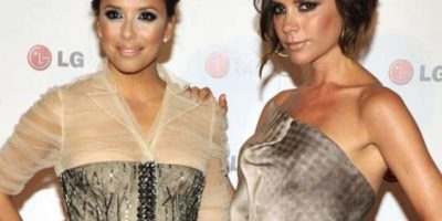 Eva Longoria y su amiga Victoria Beckham, con horribles contourings. Foto: vía Getty Images