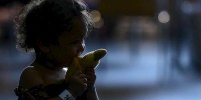 Pequeña inmigrante refugiada juega en Alemania. Foto:AFP