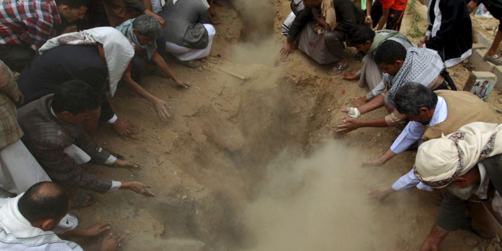 Entierro de rebeldes que murieron en Yemen a causa de un auto bomba del Estado Islámico. Foto:AFP