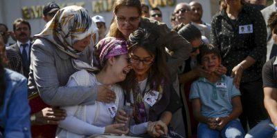 Familiares de dos policías asesinados en ataques en Siria. Foto:AFP