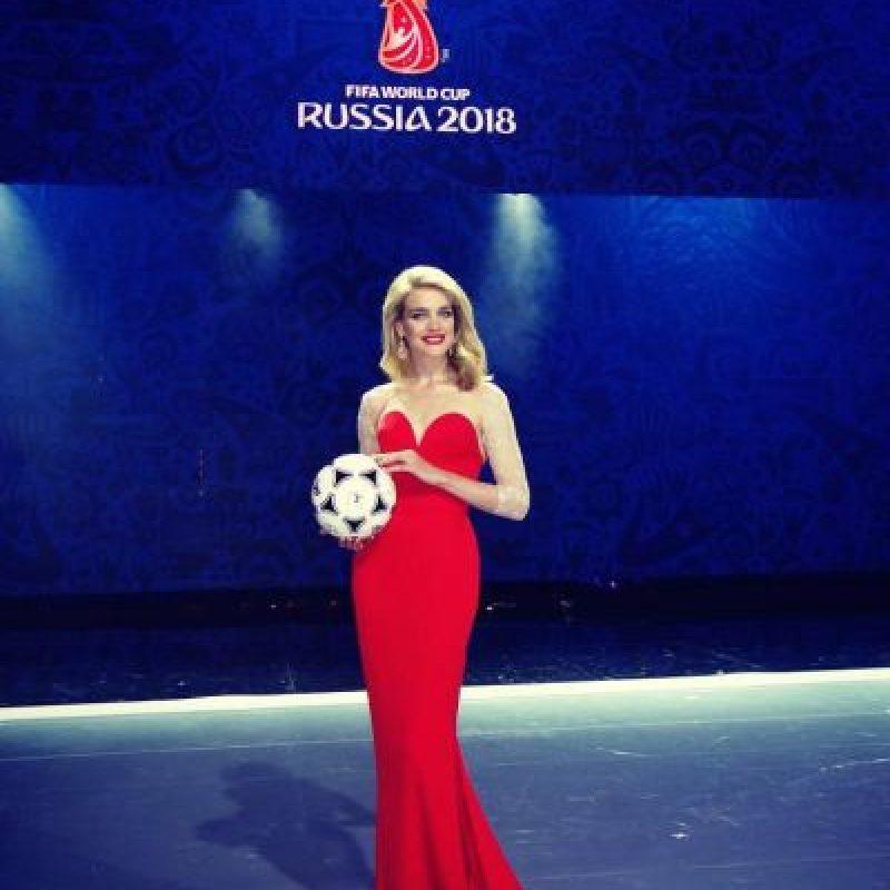 La modelo rusa Natalia Vodianova fue la estrella en el sorteo de la fase preliminar rumbo a Rusia 2018. Foto:Vía facebook.com/natasupernova