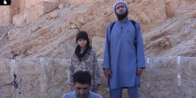 ISIS también muestra cómo entrena a niños que se convierten en verdugos Foto:Twitter.com/raqqa_mcr