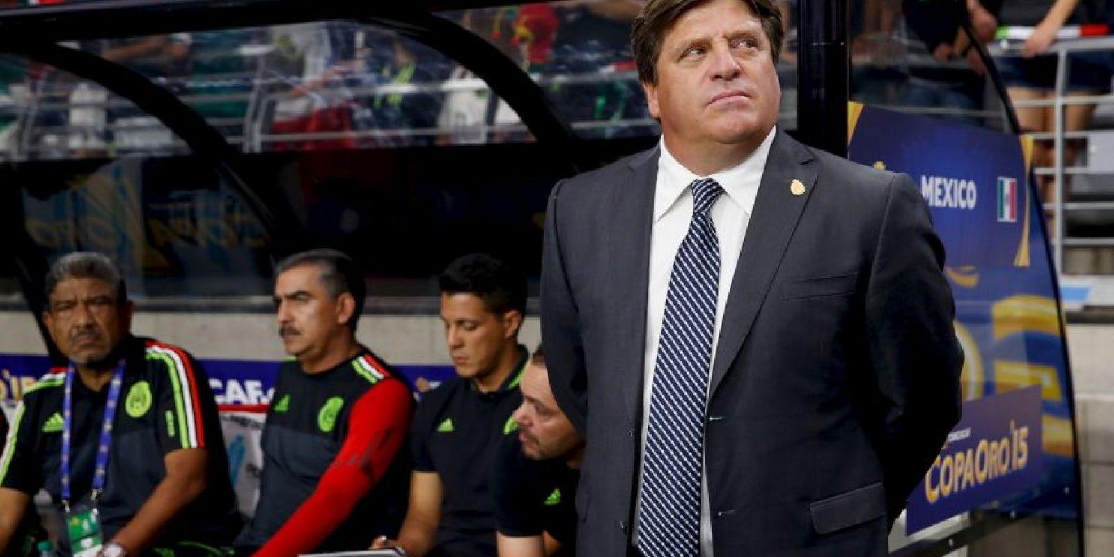 El DT de la Selección Mexicana golpeó a un comentarista de televisión. Foto:Getty Images