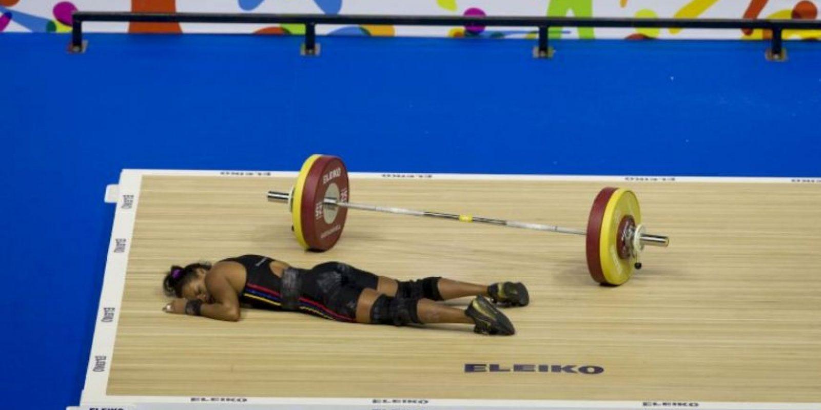 Aunque la venezolana se desvaneció después de sumar 201 kilogramos, 92 de arranque y 109 de envión Foto:Getty Images