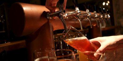 Grabaciones de las cámaras de seguridad mostraron que un barman colocó algo dentro de la bebida del hombre. Foto:Getty Images