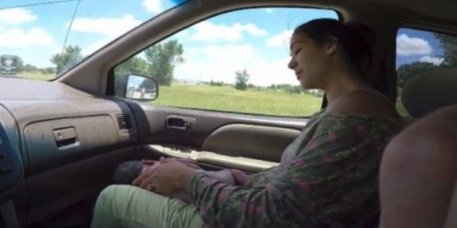 """""""¡Está saliendo! ¡Sácame el cinturón! ¡Dios, el bebé está afuera! ¡Acabamos de tener un bebé! ¡Es un niño! ¡Es un niño!"""", gritaba la mujer al recibir a su hijo. Foto:YouTube/i8thacookies"""
