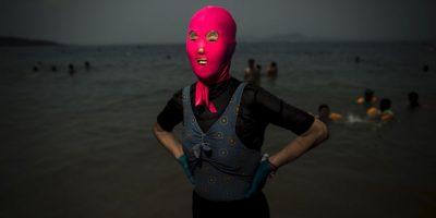 Mujer con un facekini en China. Foto:AFP