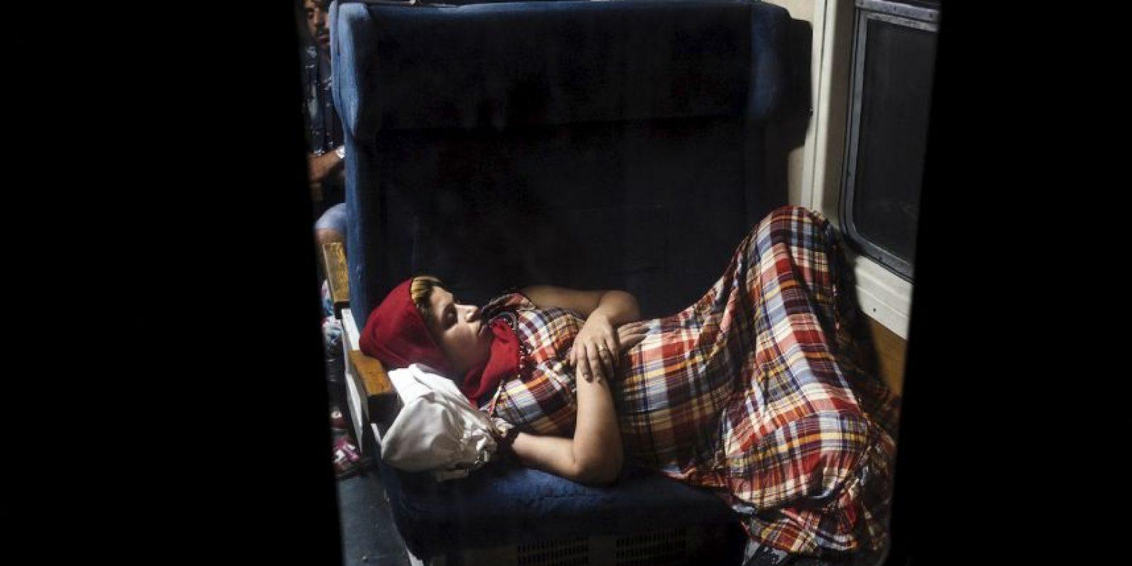 Embarazada siria durmiendo en el tren. Foto:AFP