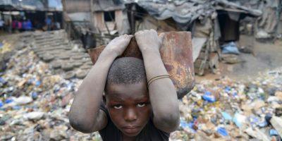 Niño trabaja en Costa de Marfil. Foto:AFP