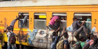 Migrantes tratando de entrar a Macedonia. Foto:AFP