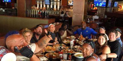 Después de sus quejas, regresó al mismo restaurante con más personas sin hogar y fue tratado de forma diferente Foto:instagram.com/titusoneilwwe