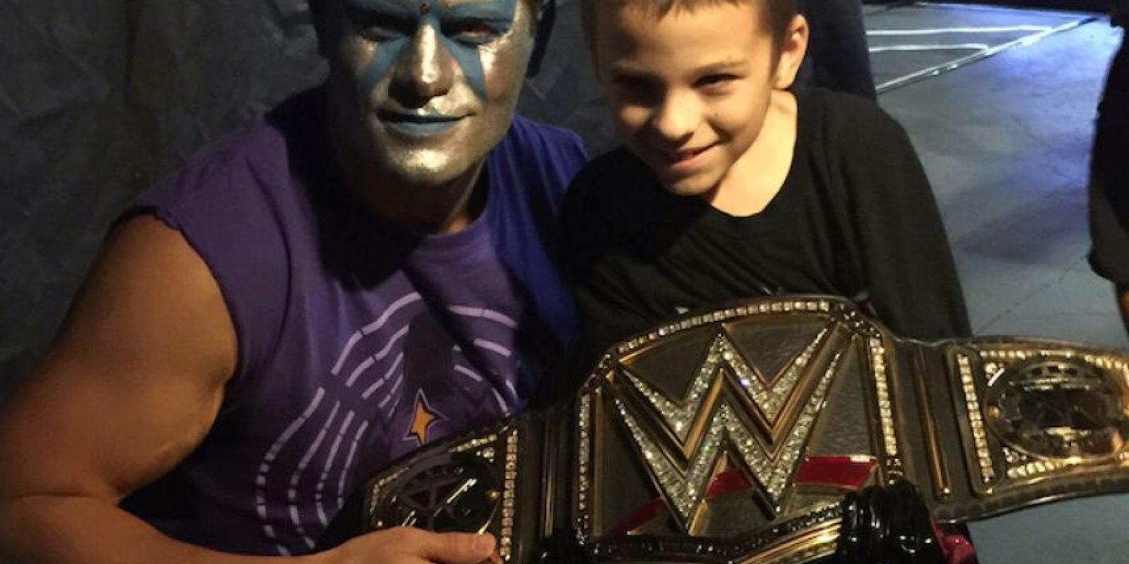 El niño convivió con varias de las estrellas de la WWE como Stardust. Foto:Vía facebook.com/wwe