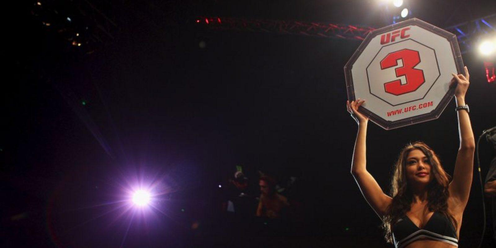Celeste, de 29 años, es famosa por portar los carteles antes del inicio de cada round en los combates de la UFC. Foto:Getty Images