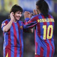 """El astro argentino creció futbolísticamente al lado de Ronaldinho, pero cuando el brasileño salió del Barcelona en 2008, la """"Pulga"""" tomó su 10. Foto:Getty Images"""