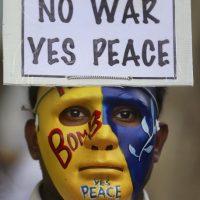 India: Estudiantes realizaron una manifestación por la paz en Bombay Foto:AP