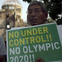 Un manifestante durante el minuto de silencio en Hiroshima Foto:AP