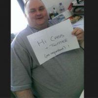 Este hombre obeso, avergonzado por bailar en un concierto, fue buscado por una mujer en Twitter. Foto:vía Twitter
