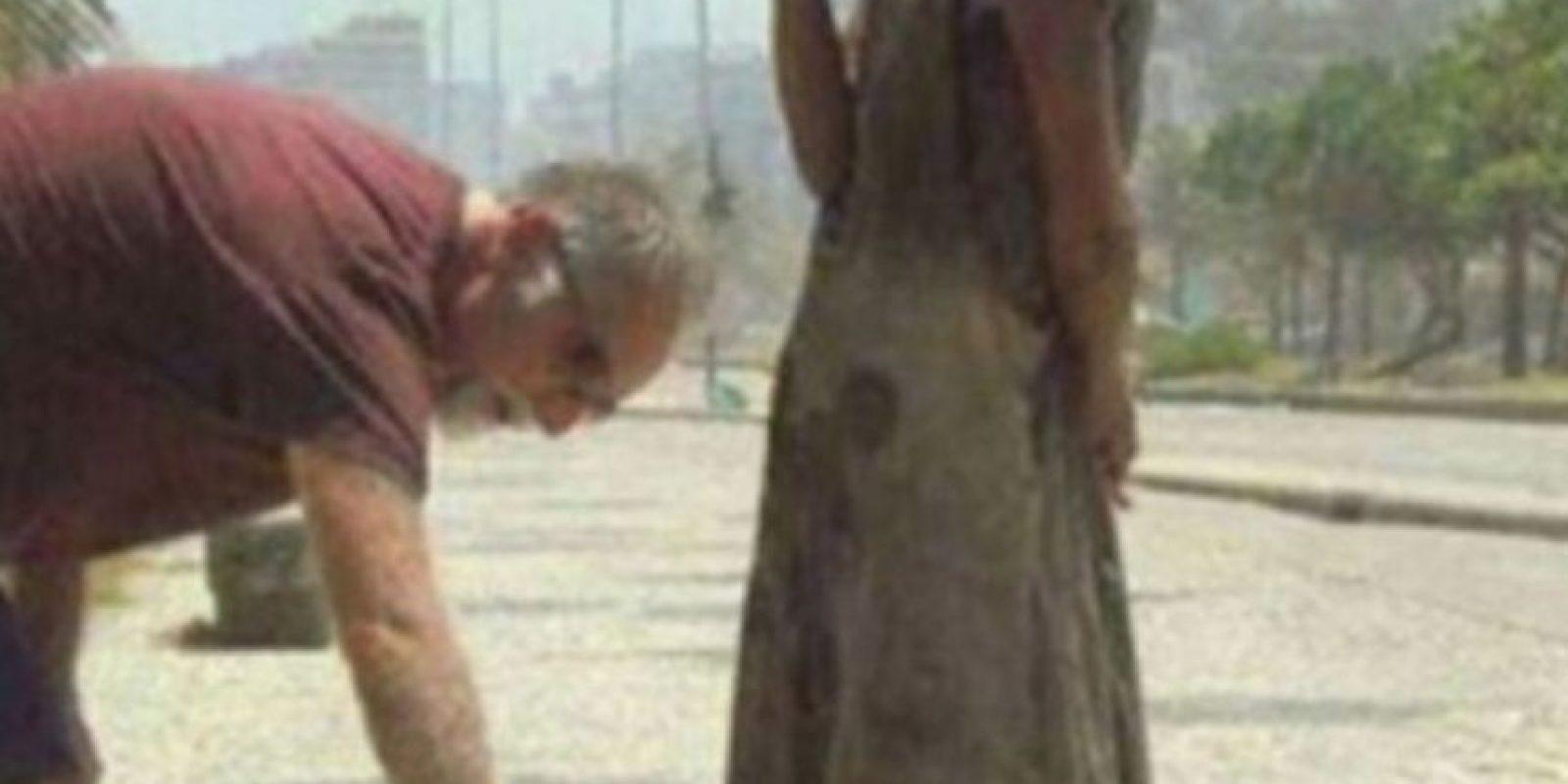 Un hombre le dio zapatos a una indigente en Río de Janeiro. Foto:vía Tumblr