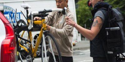 El equipo especial para montar las bicicletas en los autos es seguro y confiable, según la empresa Foto:Uber