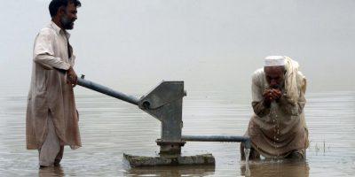 Pakistaní tomando agua. Foto:AFP