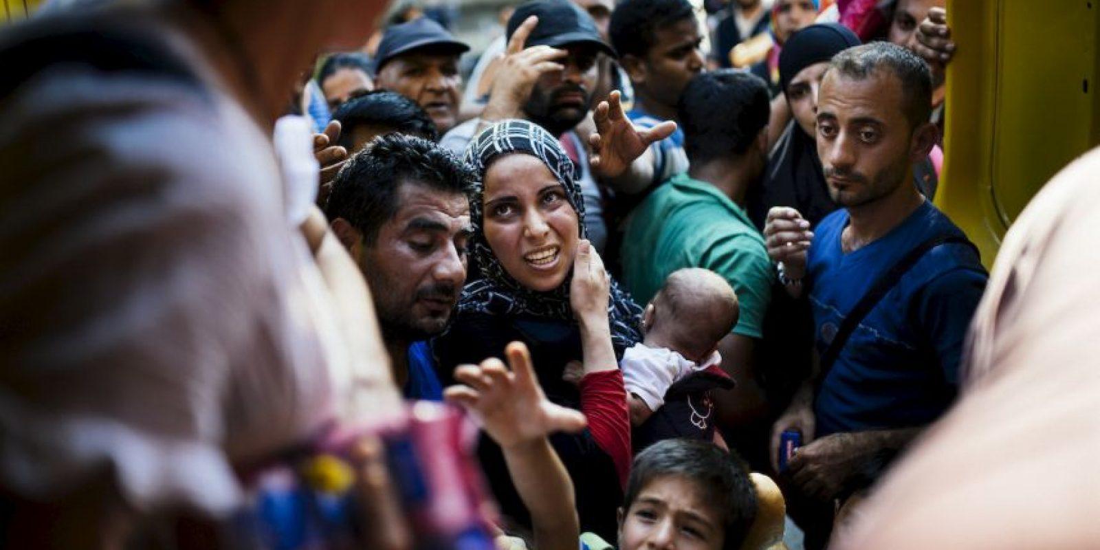 Migrantes en la frontera entre Macedonia y Grecia. . Foto:AFP