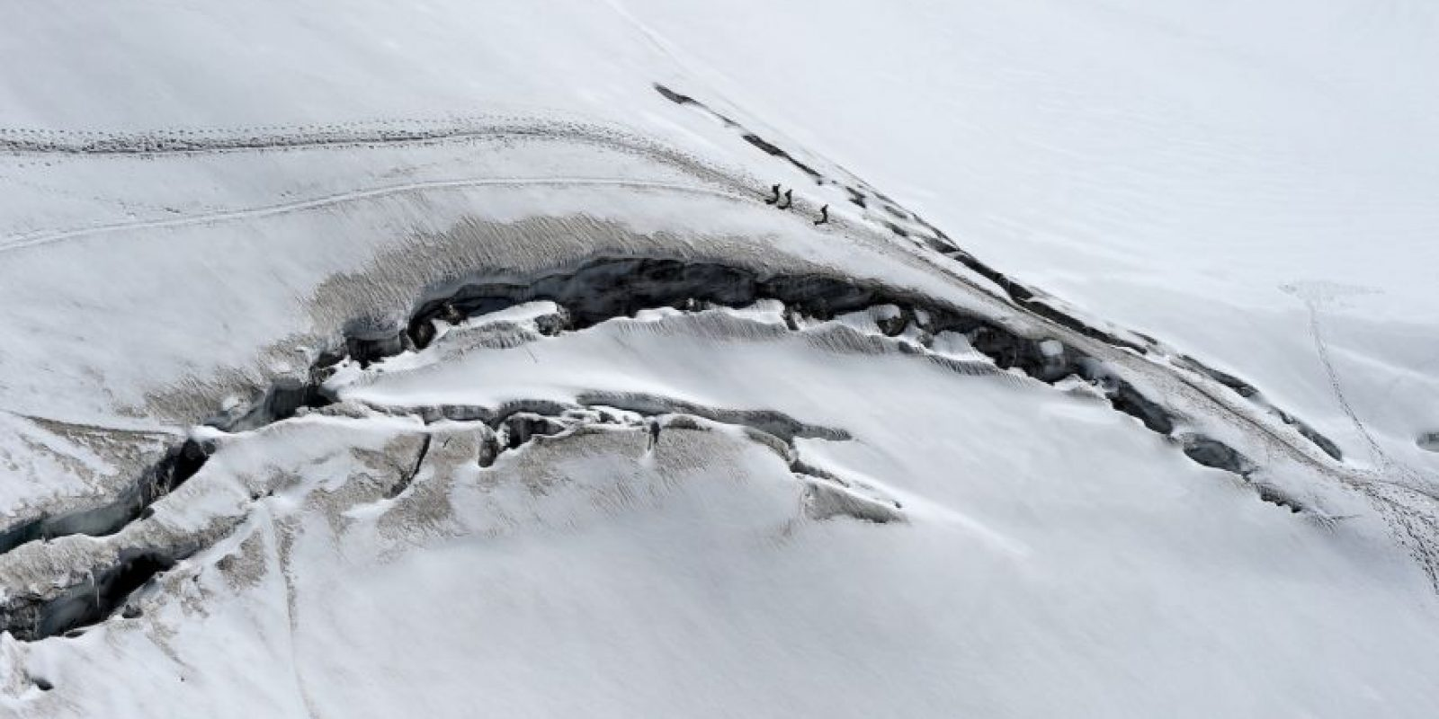 Escaladores en las grietas del glaciar des Géants, en Francia. Foto:AFP