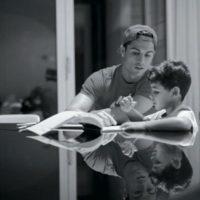 Ronaldo en su rol de padre para que el niño entienda la lección escolar. Foto:instagram.com/cristiano
