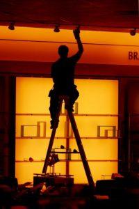 2. Solamente los electricistas caflicados pueden cambiar un foco Foto:Getty Images