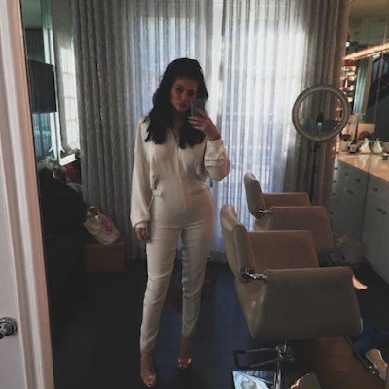 "Un Mercedes Benz del color favorito de Jenner, ""Cherry Red"" Foto:Instagram/KylieJenner"
