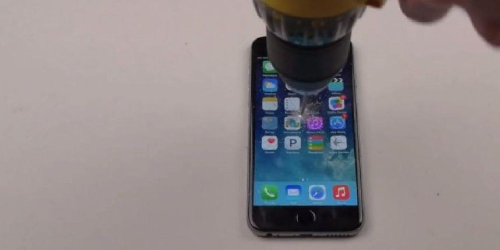iPhone 6 Plus contra un taladro. Foto:FullMag