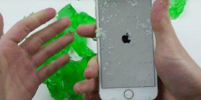 Así quedó el smartphone después de sacarlo de la gelatina. Foto:TechRax