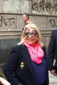 Con estos lentes acudió la precandidata presidencial Elisa Carrió Foto:Twitter.com/elisacarrio