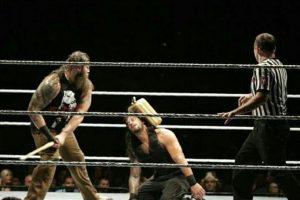 Roman Reigns y Bray Wyatt protagonizaron la pelea estelar de un evento que se llevó a cabo en Canadá Foto:WWE