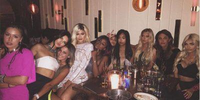Con atrevido look y rubia... así celebró Kylie Jenner sus 18 años