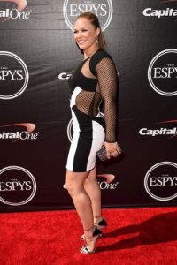 """Y de paso, Ronda le envió un mensaje referente a las acusaciones de violencia física que """"Money"""" enfrentó por parte de su exesposa. Foto:Getty Images"""